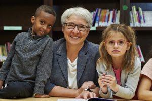 Édith Dumont avec 2 élèves